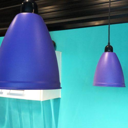 lámparas colgando del techo color violeta pintadas con pintura removible
