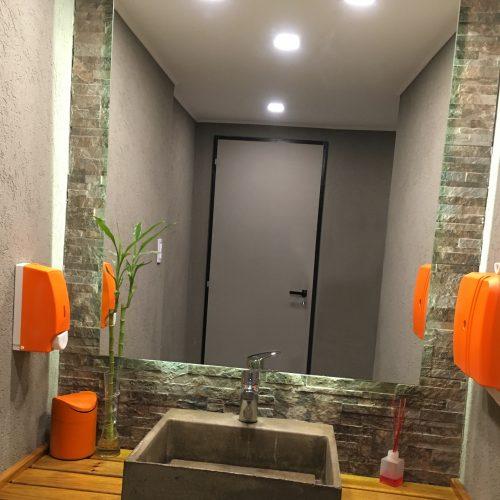 baño con adornos pintados con pintura removible de color naranja
