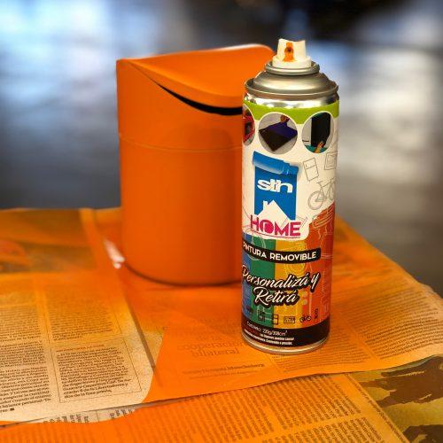 cesto de basura pintado con pintura removible de naranja y aerosol de color naranja